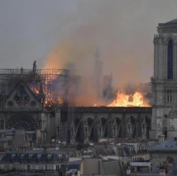Parigi, le fiamme divorano la cattedrale di Notre-Dame. Crollati la guglia e il tetto